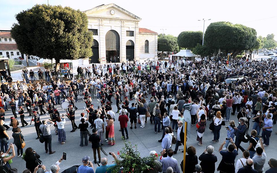 Μίκης Θεοδωράκης: Κλίμα συγκίνησης έξω από τη Δημοτική Αγορά Χανίων