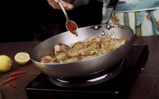 gastronomos-ftiaxte-monoi-sas-teleia-fachitas-me-psaronefri-video0