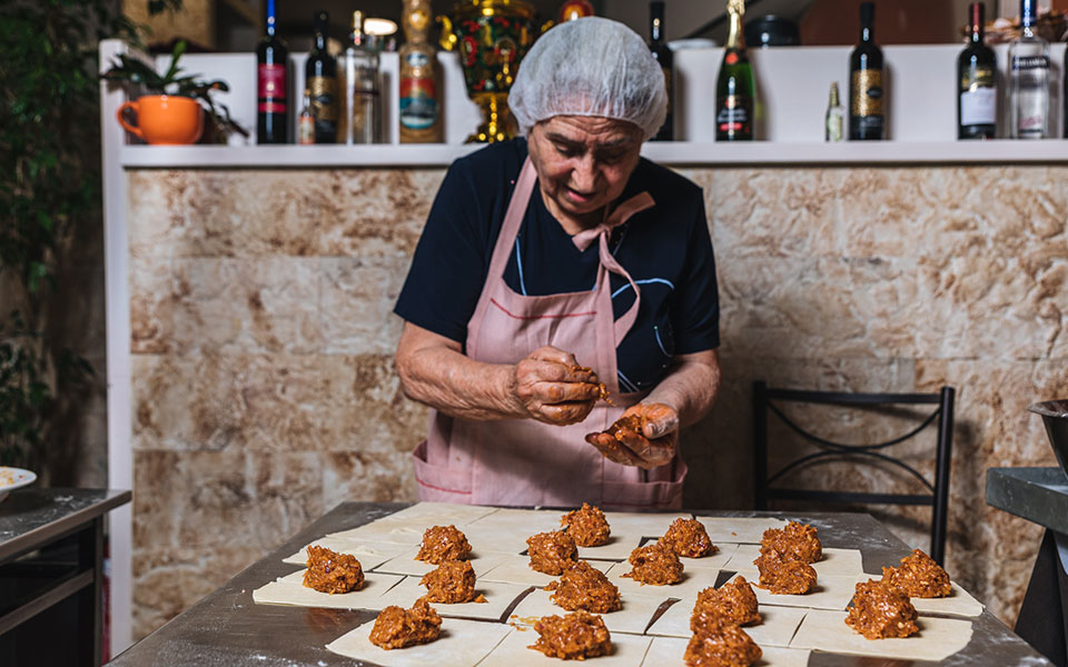 gastronomos-i-kyria-valentina-apo-to-kazakstan-ftiachnei-ekpliktika-manti3