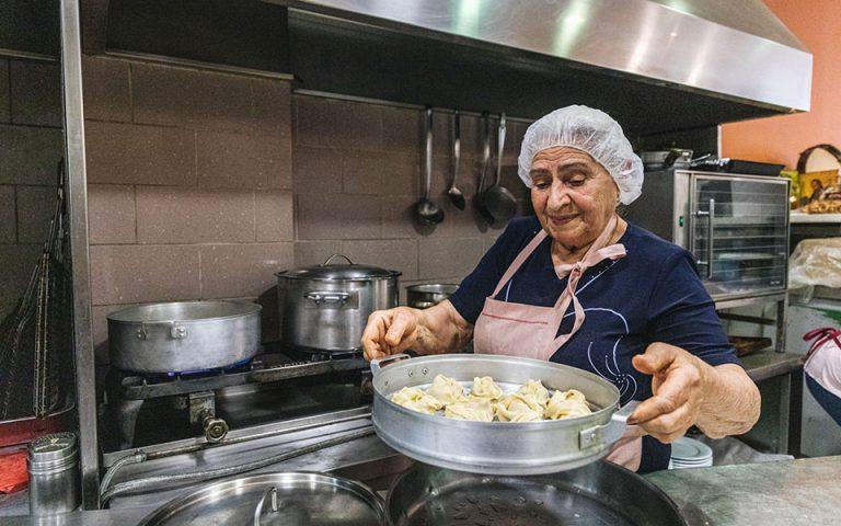gastronomos-i-kyria-valentina-apo-to-kazakstan-ftiachnei-ekpliktika-manti-561496486
