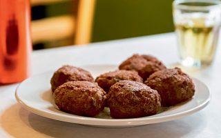 gastronomos-tesseris-tavernes-me-top-keftedakia0