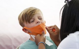 H προσοχή ειδικών και υγειονομικών αρχών έχει εστιαστεί στα παιδιά, λόγω της επιστροφής στα σχολεία, αλλά και της αδυναμίας να προστατευθούν όσα είναι κάτω των 12 ετών μέσω του εμβολιασμού. Φωτ. EPA/CAROLINE BREHMAN