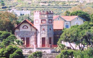 Ο πύργος της οικογένειας Βαλμά δεσπόζει στο τοπίο.