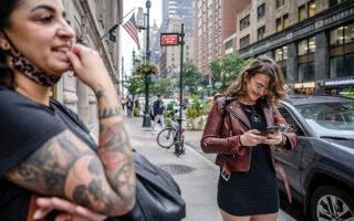Νεοϋορκέζες σε ελεγχόμενο πανικό: η γυναίκα της φωτογραφίας προσπαθεί να καταλάβει τι συμβαίνει το μεσημέρι της περασμένης Δευτέρας και δεν μπορεί να μπει στα αγαπημένα της social media. © Ed Jones/AFP/Visualhellas.gr