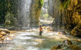 Οι υδάτινες κουρτίνες στο Πάντα Βρέχει δημιουργούν μυθικές εικόνες. Τα νερά κυλάνε από το βουνό Καλιακούδα και σχηματίζουν στο τέλος αυτό το ιδιόμορφο φαινόμενο. (Φωτογραφίες: Περικλής Μεράκος)