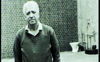 Ο Δημήτρης Τσαφέντας στην υψίστης ασφαλείας κεντρική φυλακή της Πραιτώριας, το 1976. Η φωτογραφία τραβήχτηκε από πράκτορα της αστυνομίας που του πήρε συνέντευξη, παριστάνοντας τον δημοσιογράφο. (COURTESY OF GORDON WINTER)