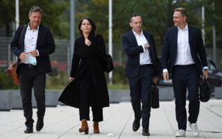 H ηγετική ομάδα των Πρασίνων, κατά την προσέλευσή της για τον νέο γύρο των διερευνητικών επαφών (Φωτ. Reuters)