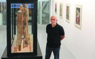 Ο Γιώργος Τσακίρης στην έκθεσητης galleryRoma, μπροστά στο κεντρικόέργο που έχει τίτλο«Σαράκι» (1990-2004).Φωτ. ΝΙΚΟΣ ΚΟΚΚΑΛΙΑΣ.