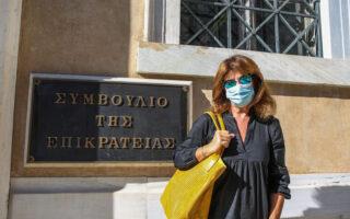 Η Μαρία Κοτρώτσου, μητέρα της 23χρονης σήμερα Μυρτούς, έξω από το ΣτΕ (φωτ. ΙΝΤΙΜΕ)