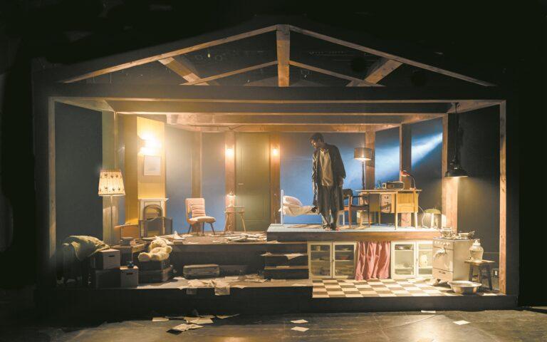 Ο Ορφέας Αυγουστίδης σε πρόβες του έργου «Η μηχανή του Τούρινγκ» του Μπενουά Σολέ, που ανεβαίνει τον φετινό χειμώνα στο Νέο Θέατρο Κατερίνας Βασιλάκου σε διασκευή - σκηνοθεσία Οδυσσέα Παπασπηλιόπουλου. (ELINA GIOUNANLI)