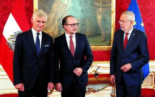 O 52χρονος διπλωμάτης καριέρας Αλεξάντερ Σάλενμπεργκ (κέντρο) ορκίστηκε νέος καγκελάριος ενώπιον του Αυστριακού προέδρου Αλεξάντερ βαν ντερ Μπέλεν (δεξιά), ενώ υπουργός Εξωτερικών ανέλαβε ο πρεσβευτής στη Γαλλία Μίχαελ Λίνχαρτ. Δεν είναι λίγοι όμως όσοι πιστεύουν ότι ο Σ. Κουρτς –ο οποίος θα παραμείνει αρχηγός του Λαϊκού Κόμματος και επικεφαλής της κοινοβουλευτικής ομάδας του– θα αποτελεί «σκιώδη καγκελάριο» που θα κινεί τα νήματα. (A.P. Photo / Lisa Leutner)