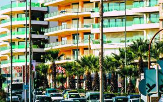 Κατά το φετινό πρώτο εξάμηνο οι ξένοι αγοραστές τοποθέτησαν στην ελληνική κτηματαγορά 461,7 εκατ. ευρώ. (Shutterstock)