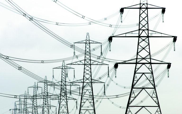 Για τις καταναλώσεις πάνω από 300 και μέχρι τις 600 κιλοβατώρες τον μήνα η ΔΕΗ θα αυξήσει την έκπτωση του 30% που παρέχει σήμερα σε όλους τους πελάτες της, ανακοίνωσε ο υπουργός Περιβάλλοντος και Ενέργειας Κ. Σκρέκας. (REUTERS)