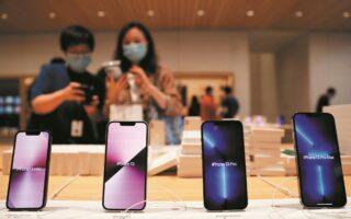 Τα iPhone 13 Pro και iPhone 13 Pro Max εμφανίστηκαν στην αγορά τον Σεπτέμβριο, αλλά οι παραγγελίες που διεκπεραιώνονται μέσω της ιστοσελίδας της εταιρείας δεν θα παραδίδονται σχεδόν για ένα μήνα. (REUTERS)