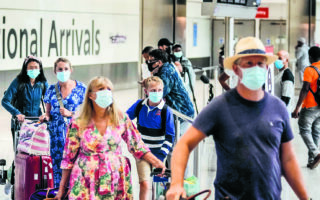 Aπό χθες, οι πλήρως εμβολιασμένοι Βρετανοί δεν χρειάζεται να υποβληθούν σε τεστ τρεις ημέρες πριν από την επιστροφή τους, εφόσον φυσικά δεν έχουν επισκεφθεί χώρα της «κόκκινης ζώνης». (A.P. Photo/Matt Dunham)