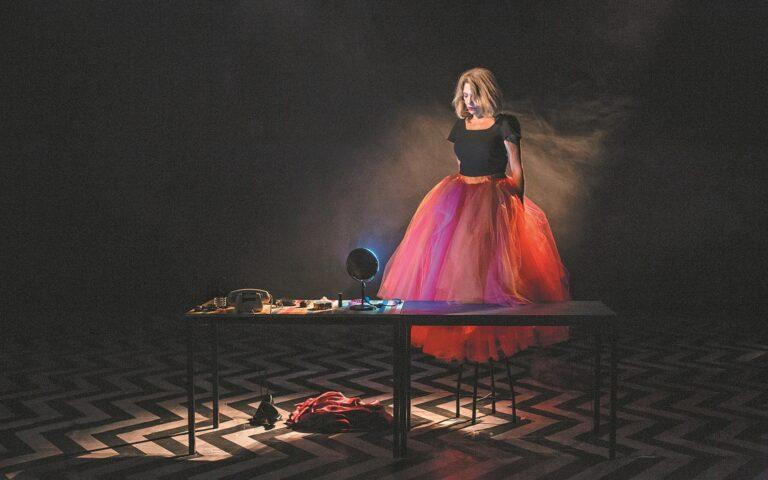 Η Oλια Λαζαρίδου ερμηνεύει έξι διαφορετικούς ρόλους, σε σκηνοθεσία Γιώργου Νανούρη, στο Μέγαρο Μουσικής Αθηνών. Eνα μικρό αφιέρωμα στην Eλλη Λαμπέτη και στα θρυλικά «Εξι μονόπρακτα» του 1978. (ΧΡΙΣΤΙΝΑ ΓΕΩΡΓΙΑΔΟΥ)