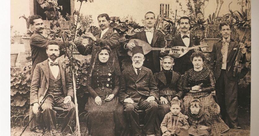 Φωτογραφία της οικογένειας του Χαΐμ Μινέρμπο στα Χανιά (περ. 1905). Η οικογένεια είχε μουσική παράδοση προτού ακόμα εγκατασταθεί στον ελλαδικό χώρο, ερχόμενη από την Ιταλία. Κάτω δεξιά διακρίνονται τα παιδιά του Μάρκου Μινέρμπο, Μωυσής και Βικτώρια.