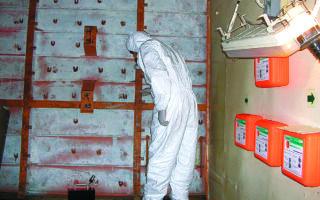 Στις σωληνώσεις και στα τοιχώματα πολεμικών πλοίων παλιάς κατασκευής, τα οποία έχουν πλέον παροπλιστεί, ο αμίαντος χρησίμευε ως μονωτικό. Η επεξεργασία αυτού του υλικού πρέπει να γίνεται με ειδικά μέτρα προστασίας (παρόμοια με αυτά στη φωτογραφία) λόγω της επικινδυνότητάς του.
