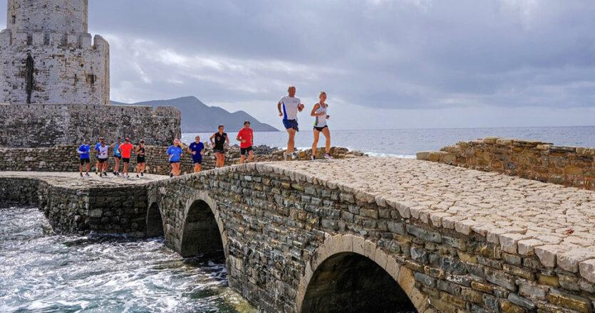 Οι δρομείς του Run Messinia στο εντυπωσιακό και επιβλητικό Κάστρο της Μεθώνης. (Φωτογραφίες Run Messinia by Angelos Zymaras)