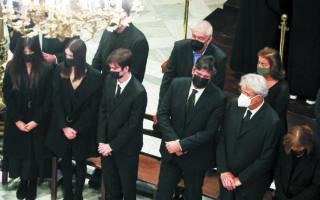 Σε κλίμα έντονης συγκίνησης αποχαιρέτισαν τη Φώφη Γεννηματά τα παιδιά της, Γιώργος, Κατερίνα και Αιμιλία. (INTIME NEWS)