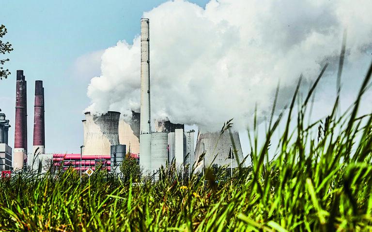 H γερμανική οικονομία μοιάζει ανίκανη να καταπολεμήσει την εξάρτησή της από τον άνθρακα. Η πολυεθνική εταιρεία RWE, η οποία εκμεταλλεύεται το κοίτασμα του Γκαρτσβάιλερ, επιμένει ότι τηρεί τη νομοθεσία αλλά και τη δέσμευση για μελλοντική πλήρη απεξάρτηση από τον άνθρακα. (A.P. Photo / Martin Meissner)