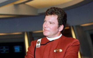 O «Κάπτεν Κερκ» (Γουίλιαμ Σάτνερ) με τη στολή του κυβερνήτη στο θρυλικό «Enterprise» (Φωτ. AP)
