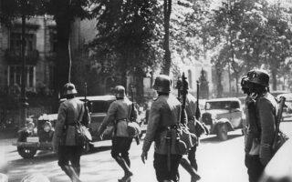 Οι ναζιστές νομικοί παιδαγωγούσαν τους αξιωματικούς των Ες-Ες ή τη χιτλερική νεολαία, μεταξύ άλλων οργανώσεων, με εκλαϊκευτικά βιβλία και άρθρα στον Τύπο ή φυλλάδια ιδεολογικής διαφώτισης του κόμματος (NSDAP). Φωτ. SHUTTERSTOCK