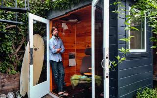 Ο ερευνητής, δημοσιογράφος και συγγραφέας Τζέιμς Νέστορ, στο «αρχηγείο» του, στον κήπο του σπιτιού του, στο Σαν Φρανσίσκο. Φωτ. MARK MAHANEY