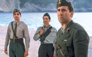 Οι πρώην σύμμαχοι στον άξονα του κακού, έγιναν για τους ναζί πιο μισητοί εχθροί ακόμα και από τους αντιπάλους στα πεδία των μαχών. Οταν η Ιταλία συνθηκολόγησε τον Σεπτέμβριο του 1943 οι Γερμανοί ως (ένα από τα αμέτρητα) αντίποινα εκτέλεσαν συνοπτικά πάνω από 5.000 στρατιώτες και αξιωματικούς της μεραρχίας Ακουι που βρίσκονταν στην Κεφαλονιά ως δύναμη κατοχής. Αιχμή του δόρατος στη σφαγή η μεραρχία Εντελβάις που άφησε το κτηνώδες αποτύπωμά της και σε χωριά της Ηπείρου. Στη φωτογραφία, σε πρώτο πλάνο, ο Νίκολας Κέιτζ υποδυόμενος φιλόμουσο, τρυφερόκαρδο, Ιταλό αξιωματικό στην ταινία «Το μαντολίνο του λοχαγού Κορέλι» που έκανε το πανέμορφο νησί του Ιονίου ακόμα πιο ξακουστό στα πέρατα του κόσμου· μαζί έγιναν ευρέως γνωστά και όσα φρικτά διαδραματίστηκαν εκεί. Την κινηματογραφική του ζωή ο πρωταγωνιστής που ανέπνεε ημιθανής, ανάμεσα σε πτώματα, από το γερμανικό εκτελεστικό απόσπασμα, τη χρωστά στις φροντίδες της Πελαγίας (Πενέλοπε Κρουζ) και του ιατροφιλόσοφου πατέρα της (Τζον Χερτ). H ιστορία, με την τεκμηρίωση της ριζωμένης παιδικής μνήμης, που αποκαλύπτει στις παρακάτω στήλες ο αναγνώστης-επιστολογράφος της «Κ», ανατυπώνεται με άλλους τίτλους, πρωταγωνιστές, θύτες και θύματα, διαχρονικά, σαν παράρτημα ανθρωπιάς.