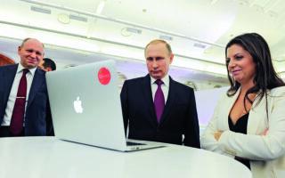 Η αρχισυντάκτρια του Russia Today Γερμανίας Μαργκαρίτα Σιμονιάν, η οποία κάλεσε τη Μόσχα να προχωρήσει στην απαγόρευση αρκετών γερμανικών μέσων ενημέρωσης στη Ρωσία, είναι επιστήθια φίλη του προέδρου Πούτιν. Φωτ.  Mikhail Klimentyev / Sputnik / Kremlin Pool Photo via A.P.