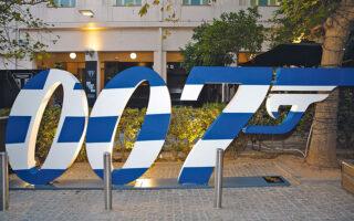 Δυνατά φώτα, μουσική και τα αρχικά 007 βαμμένα στα χρώματα της ελληνικής σημαίας ως φόντο για φωτογράφιση.