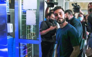 Ο πατέρας που είχε προκαλέσει αναστάτωση σε σχολείο στη Θεσσαλονίκη εμφανίστηκε χωρίς μάσκα στο δικαστήριο και του επιβλήθηκε πρόστιμο 300 ευρώ. Τελικά φόρεσε μάσκα και απευθυνόμενος προς την έδρα είπε ότι «ανακαλεί την εξουσία που έχει». Καταδικάστηκε σε 15 μήνες φυλάκιση με αναστολή. Φωτ. INTIME NEWS