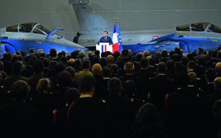 O Γάλλος πρόεδρος (φωτ. από παλαιότερη ομιλία του στη στρατιωτική βάση της Ορλεάνης) επιμένει στη βασική στρατηγική του σύλληψη: η Ε.Ε. είτε θα σταθεί στα πόδια της στα πεδία της εξωτερικής πολιτικής, της άμυνας και των τεχνολογιών αιχμής είτε θα γίνει κομπάρσος της παγκόσμιας Ιστορίας.  Φωτ. EPA / JULIEN DE ROSA