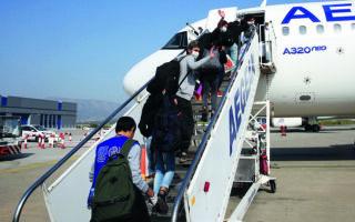 Ασυνόδευτοι ανήλικοι πρόσφυγες αναχωρούν από το αεροδρόμιο «Ελ. Βενιζέλος» για το Λουξεμβούργο. Για τα μικρά παιδιά, ακόμα και αυτό το ταξίδι προς ένα καλύτερο μέλλον αποτελεί μια δύσκολη διαδικασία. Φωτ. INTIME NEWS