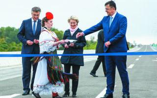 Η πρόεδρος της Κομισιόν, Ούρσουλα φον ντερ Λάιεν, ενώ εγκαινιάζει γέφυρα στον ποταμό Σάβα, που ενώνει τη Βοσνία-Ερζεγοβίνη με την Κροατία. Φωτ. A.P. Photo