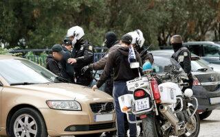 Ορισμένοι από τους συγκεντρωμένους προσπάθησαν να κινηθούν προς το ΕΠΑΛ Αμπελοκήπων, με τις διμοιρίες των ΜΑΤ να τους εμποδίζουν. Στη συνέχεια, διασπάστηκαν σε μικρότερες ομάδες με κατεύθυνση προς το ΕΠΑΛ Σταυρούπολης, ωστόσο δικυκλιστές της ΕΛ.ΑΣ. τους ακολούθησαν προχωρώντας στην προσαγωγή 38 μαθητών (φωτ. INTIME NEWS).