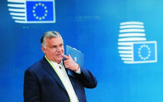 Ανήσυχος για τα ευρήματα των δημοσκοπήσεων ο πρωθυπουργός της Ουγγαρίας, Βίκτορ Ορμπαν, έχει ξεκινήσει τις παροχές. Φωτ. EPA / OLIVIER MATTHYS