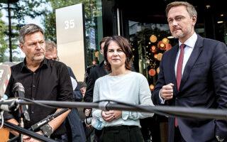 Ο Κρίστιαν Λίντνερ του FDP (δεξιά) και η Αναλένα Μπέρμποκ με τον Ρόμπερτ Χάμπεκ των Πρασίνων έδωσαν συνέντευξη Τύπου αναφορικά με τις συζητήσεις συγκυβέρνησης. Ο νικητής των εκλογών και αρχηγός του SPD (Σοσιαλδημοκράτες) δηλώνει αισιόδοξος ότι ο «φωτεινός σηματοδότης» θα επιτύχει (φωτ. EPA/FILIP SINGER).