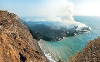Μια χερσόνησος από λάβα έχει σχηματιστεί από την έκρηξη ηφαιστείου στη Λα Πάλμα των Καναρίων Νήσων στην Ισπανία.