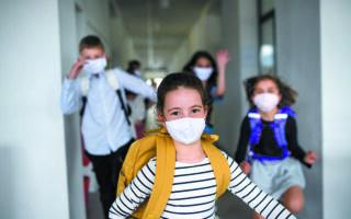"«Mε την επικράτηση του στελέχους ""Δέλτα"" αναμένουμε να νοσήσει ένα μεγάλο ποσοστό των ανεμβολίαστων ενηλίκων και των παιδιών. Ελπίζουμε ότι στα παιδιά αυτό το ποσοστό θα είναι μικρότερο του 50%, που είναι και το όριο για την αναστολή λειτουργίας σχολικών τμημάτων», λένε οι ειδικοί. Φωτ. SHUTTERSTOCK"