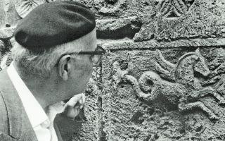 Ιταλία, Μοντεπουλτσιάνο, 1968. O Γιώργος Σεφέρης προσηλωμένος στον ανάγλυφο Πήγασο.