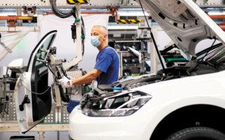 Η πανίσχυρη αυτοκινητοβιομηχανία της Γερμανίας αγωνίζεται να συνεχίσει εξαιτίας της έλλειψης επεξεργαστών και άλλων καίριων εξαρτημάτων (φωτ. REUTERS).
