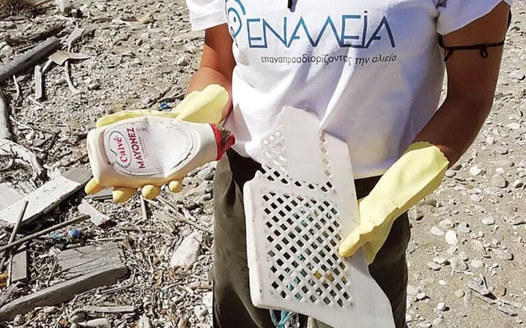Αυτή την περίοδο, σε Ελλάδα και Ιταλία η «Εναλεία» συνεργάζεται με περίπου 350 επαγγελματικά αλιευτικά σκάφη και γύρω στους 1.200 ψαράδες που μαζεύουν πλαστικά από τη θάλασσα. Τα απορρίμματα που συγκεντρώνονται μπαίνουν στην κυκλική οικονομία και μετατρέπονται σε κάλτσες, μαγιό, μάσκες