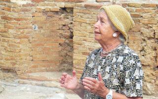 Η αρχαιολόγος Εβη Τουλούπα στη Νικόπολη με το «Διάζωμα» το 2013.