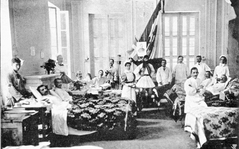 To «σουηδικό νοσοκομείο», όπου εκτός από τις Σκανδιναβές νοσοκόμες υπήρχαν εθελόντριες χωρίς γνώσεις, που δεν άφηναν σε ησυχία τους τραυματίες. Φωτ. JOHN NYLANDER