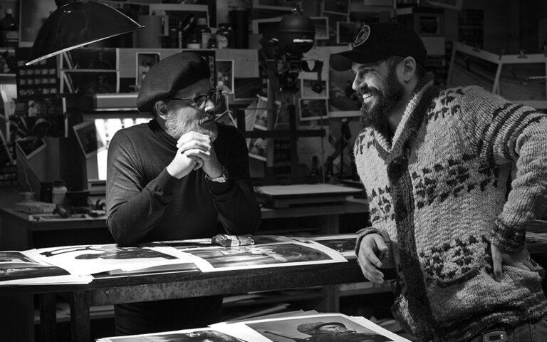 Πίσω από τις κάμερες, ο Τζόνι Ντεπ (Γιουτζίν Σμιθ) και ο σκηνοθέτηςΑντριου Λέβιτας (δεξιά) στα γυρίσματα της ταινίας «Μinamata».