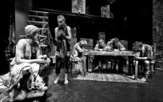 Η παράσταση «Εμπόριο» παρουσιάζεται στο Θέατρο Radar.