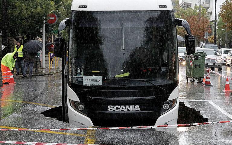 Ο «Μπάλλος» σάρωσε ολόκληρη τη χώρα. Στη Θεσσαλονίκη, λεωφορείο που μετέφερε εργαζομένους βούλιαξε σε λακκούβα και βυθίστηκε στο οδόστρωμα (φωτ. SOOC).
