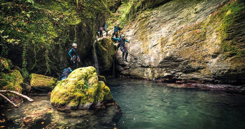Το canyoning, δηλαδή η διάσχιση φαραγγιού, περιλαμβάνει βουτιές, φυσικές «τσουλήθρες» και κατάβαση βράχων με σχοινί. (Φωτογραφίες: Νικόλας Μάστορας)