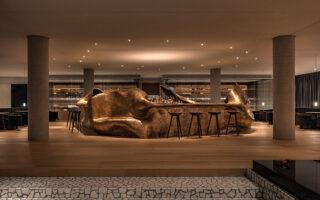 Το εντυπωσιακό γλυπτό-μπαρ των voukenas petridis στο εστιατόριο Delta στο ΚΠΙΣΝ. ©Jérôme Galland (Φωτογραφίες: ΒΑΓΓΕΛΗΣ ΖΑΒΟΣ)
